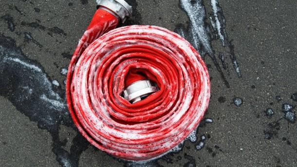 Gebäude in Brand: Greis stirbt hinter der Haustür