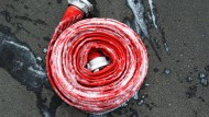 Einsatz: Feuerwehrleute wurden gleich von mehreren Nachbarn des Greises in Geisenheim zu Hilfe gerufen (Symbolbild)