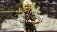 Mit Schwung durch die Festhalle: Ann Kathrin Linsenhoff ist stets präsent, schüttelt Hände, beglückwünscht die Sieger - und hat ein Herz für Kinder.