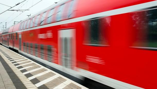 Frau an Bahnübergang von Zug erfasst und getötet