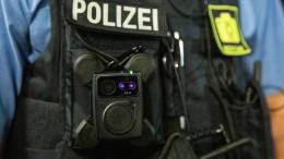 Polizisten mit Flaschen und Steinen attackiert