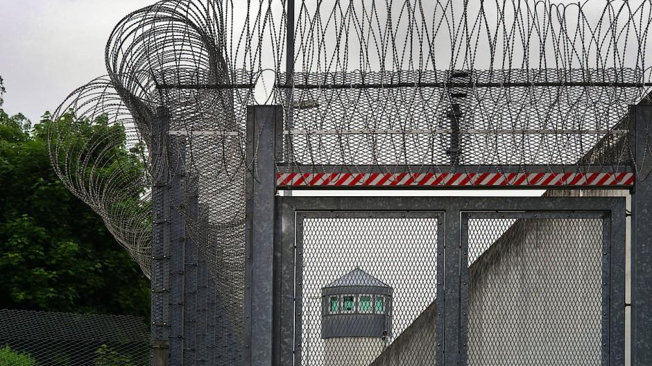 Verdrahtet: Die Haftanstalt Weiterstadt von außen gesehen