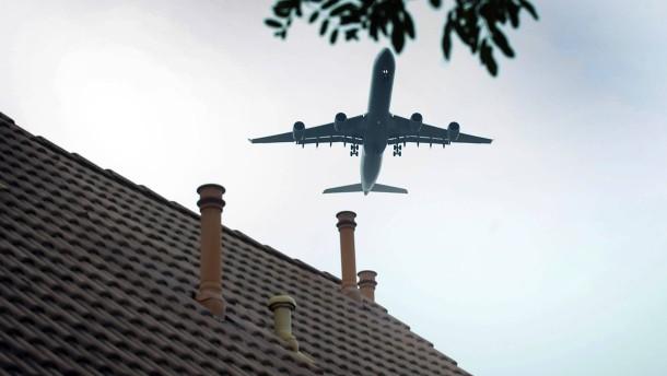 Fluglärm - Die Flörsheimer Familie Kirst wohnt in der Einflugschneise des Frankfurter Flughafens. Sie berichtent, wie sie mit der Lärmbelastung zurechtkommt.