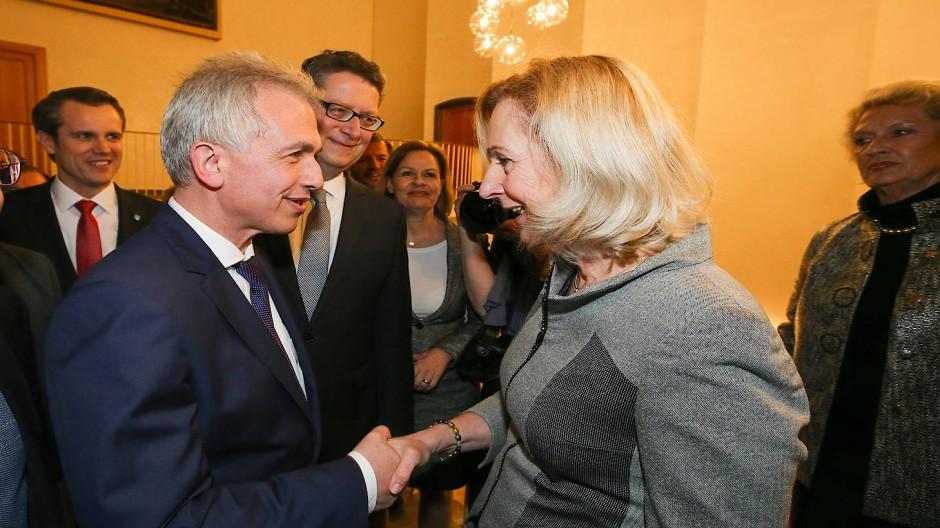 Handschlag: Bernadette Weyland (CDU) gratuliert Peter Feldmann (SPD) zur Wiederwahl. In der Mitte freut sich Hessen-SPD-Chef Thorsten Schäfer-Gümbel, rechts im Bild Feldmanns Vorgängerin Petra Roth von der Union