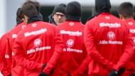 Volle Konzentration: Eintracht-Coach Thomas Schaaf schwört seine Mannschaft auf das schwere Spiel in Augsburg ein.