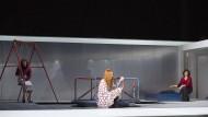 "Frauenthemen: Szene aus ""Tri sestry"" in der Frankfurter Oper"