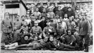 """Gruppenbild: Das Wachtkommando Eschborn 1915 im Hof der """"Fettschmelze"""" mit russischen Kriegsgefangenen."""