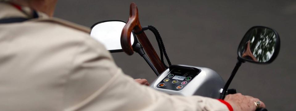 87 j hriger mann mit elektro rollstuhl auf autobahn 672. Black Bedroom Furniture Sets. Home Design Ideas
