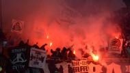 Wenn Fußball zur Nebensache wird: Ultras und Hooligans sorgen immer wieder für Ärger in Stadien.