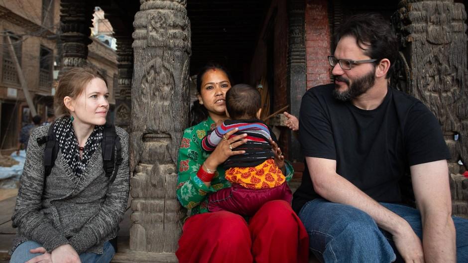 Verbinden einen packenden Dokumentarfilm und konkrete Hilfe: Lisa Engelbach (links) und Justin Peach (rechts), hier bei Dreharbeiten