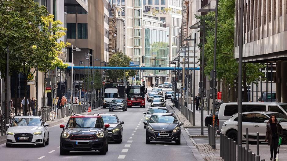 Vielbefahren: Die Neue Mainzer Straße mitten in der Frankfurter Innenstadt