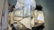 Professionell im Auto versteckt: Kokain- und Amphetamin-Blöcke, die die Polizei in einem Auto mit Schweizer Kennzeichen entdeckt hat.