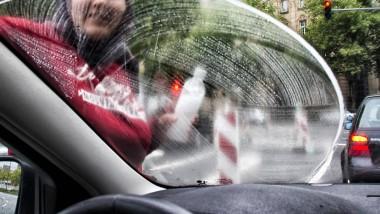 Wisch und weg: Putzmittel und Fensterleder gehören zur Grundausstattung der Fensterputzer auf Frankfurts Straßen.