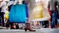 Kaufen, kaufen, kaufen: Im Wettbewerb mit den rund um die Uhr aktiven Online-Anbietern und mit Einkaufszentren am Stadtrand setzen Innenstadthändler ihre Hoffnungen nicht zuletzt auf verkaufsoffene Sonntage.