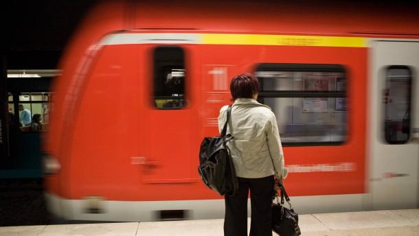 S-Bahn nach Gateway Gardens kommt