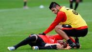 Des Kickers Albtraum: der am Knie schwer verletzte Johannes Flum, getröstet von Abwehrmann Carlos Zambrano