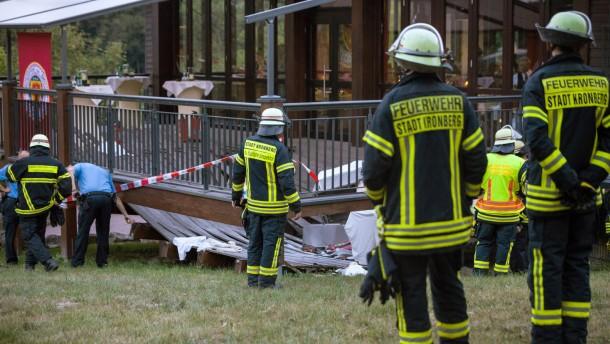 Holzterrasse bei Grillfest im Opel-Zoo eingekracht