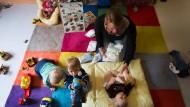 Alle Hände voll zu tun: Tagesmütter bekommen vom Hochtaunuskreis 3,20 Euro je Stunde - hier eine Tagesmutter aus Kassel im Einsatz