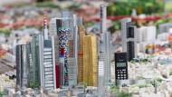 Handy inklusive: die Frankfurter Skyline, wie der Künstler Herman Helle sie sieht