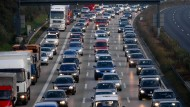 Ärgernis: Wieder einmal haben sich Berufspendler auf der A5 in der Wetterau in Geduld üben müssen - nach einer Unfallserie (Symbolbild)