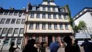 Ort der Kultur: Besucher vor dem Goethehaus.