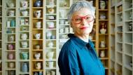 Sortiert nach Hersteller und Ursprungsland: Die Künstlerin Nirava vor Teilen ihrer Sammlung.