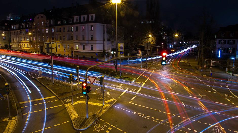 Verkehr in Frankfurt: Die unterschiedlichen Parteien haben verschiedene Ideen zur Neuaufteilung des Straßenraums.