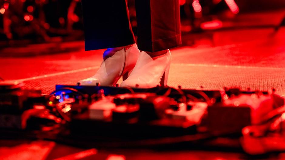 Rock Noir in weißen Stiefeletten: Das Schuhwerk von Anna Calvi in der Batschkapp