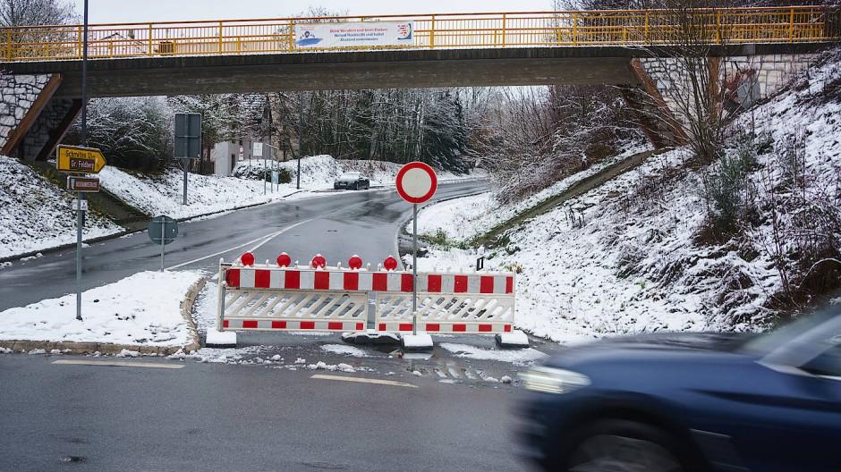 Dicht: Eine Absperrung verhindert schon oberhalb der U-Bahn-Haltestelle Hohemark am Rande von Oberursel die Weiterfahrt in Richtung Großer Feldberg