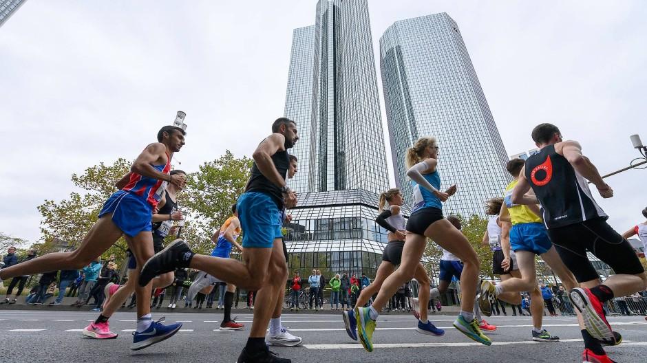 Dieses Bild wird es wie im Vorjahr nicht geben: Der Frankfurt Marathon vor der Skyline fällt wegen Corona abermals aus.