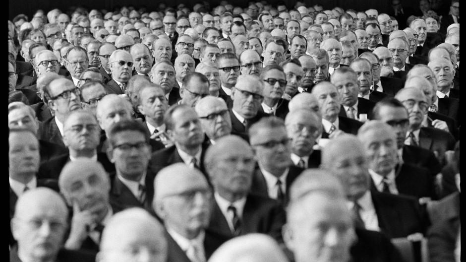 In Reih und Glied: Wie männerlastig die Wirtschaftswelt einst war, zeigt dieses Foto vom Festakt der Deutschen Bank zur 100-Jahr-Feier 1970.