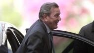 Der frühere Bundeskanzler Gerhard Schröder bei der Anfahrt zur Feier seines 70. Geburtstags im Schlosshotel in Kronberg
