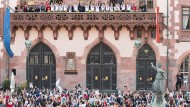 So ähnlich könnte es aussehen: Das Publikum bejubelt die Spielerinnen des 1. FFC Frankfurt auf dem Römerbalkon nach dem Sieg der Championsleague 2015.