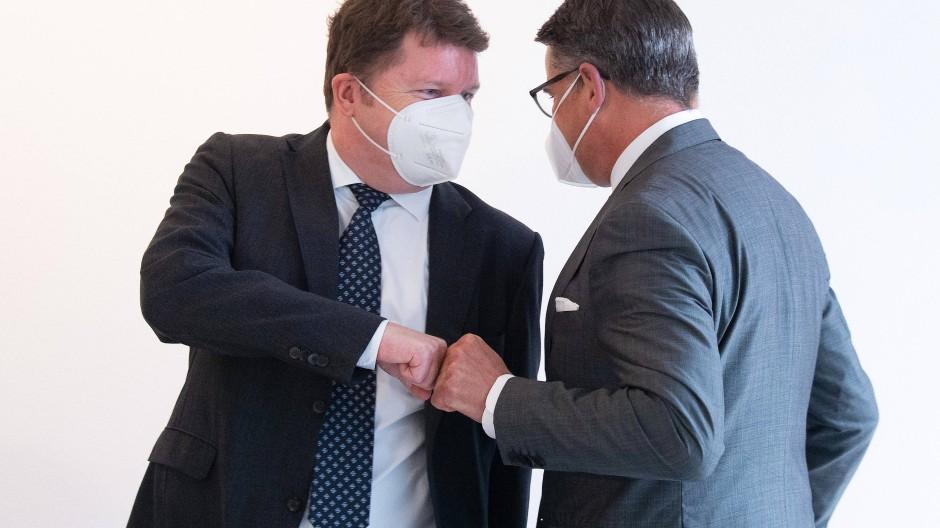 Tagt im Landtag: Marius Weiß (links) geht mit Landtagspräsident Boris Rhein zur Sitzung des Hanau-Untersuchungsausschusses.