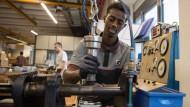 Integration am Arbeitsplatz: Geflüchteter bei der Samson AG in Frankfurt