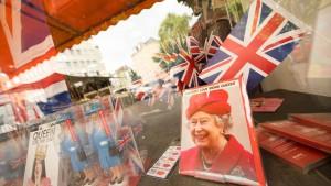 Ihre Majestät lächelt aus dem Schaufenster