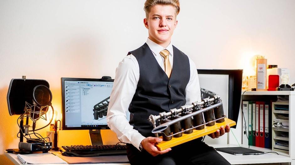 Gründer-Gen inside: Jungunternehmer Felix Kläres mit dem Modell eines Flugmotors, dessen Einzelteile im 3-D-Druckverfahren hergestellt wurden
