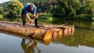 """Die Axt am Walde: Insgesamt 66 Fichtenstämme dienen als Baustoff für die nordhessischen """"Weserflößer"""""""