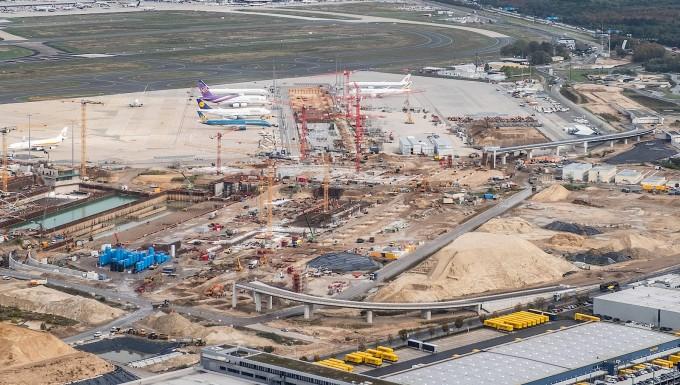 Tiefgründig: Der Erdaushub von der Baustelle des Terminals 3 soll zwischengelagert werden.