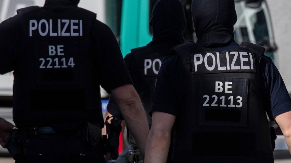 Fahndungserfolg: In Berlin ist ein 53-jähriger Mann festgenommen worden. Er wird verdächtigt, eine Serie von Drohschreiben verschickt zu haben (Symbolbild).