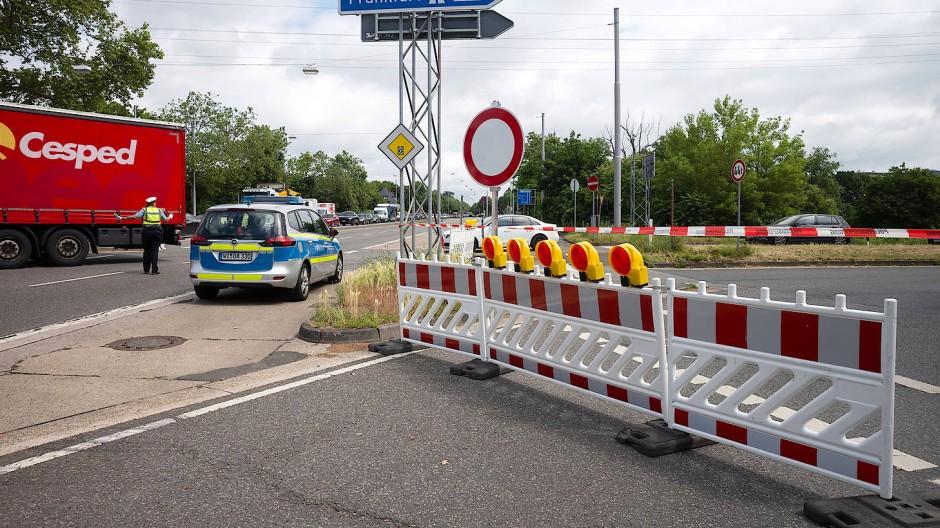 Dicht: Wegen Bauschäden an der Salzbachtalbrücke ist diese Zufahrt zur A66 gesperrt worden