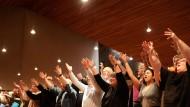Die Hände zum Himmel: Der Frankfurter Gospelchor probt in der Festeburgkirche in Preungesheim.