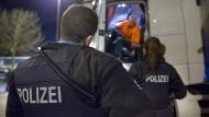 """""""Die Papiere bitte"""": Das dritte Wochenende hintereinander hat die Polizei in Hessen zahlreiche Lastwagen-Fahrer kontrolliert"""