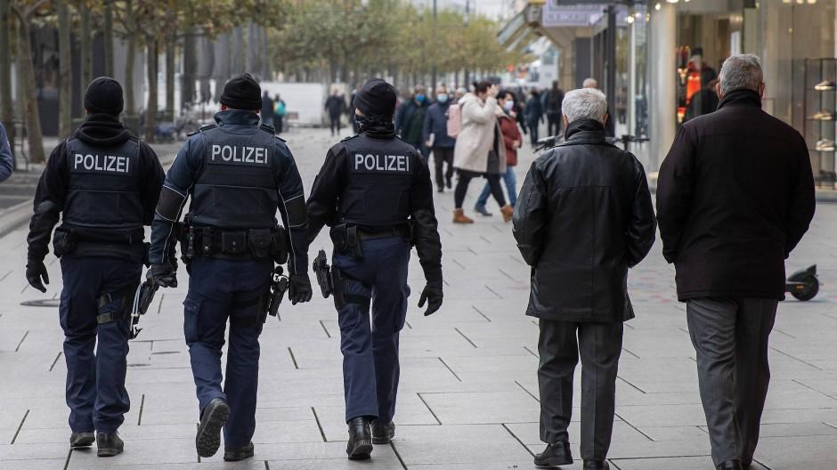 Unterwegs: Polizisten laufen über die Zeil.