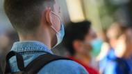 Nur an sehr heißen Tagen soll die Maskenpflicht auf Hessens Schulhöfen nicht gelten.