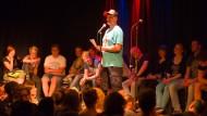 Vom Hip-Hop zum Poetry Slam: Simon Petersen trägt ein Gedicht über seine Heimat vor.