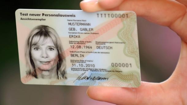 Mann erhitzt Personalausweis in Mikrowelle