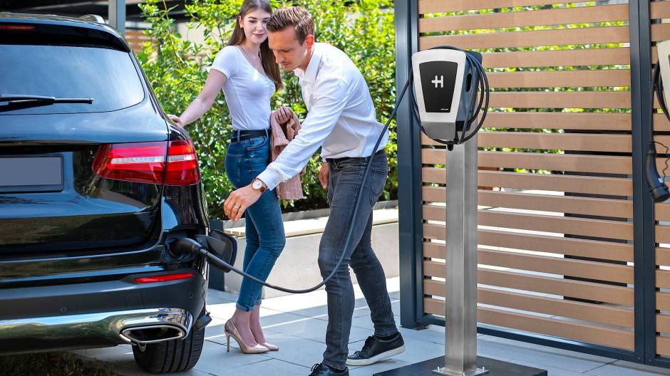 Liebling, tank schon mal den Wagen: So klischeehaft wie auf dem Bild muss es nicht sein, Stromtanken geht auch mit Stöckelschuhen.