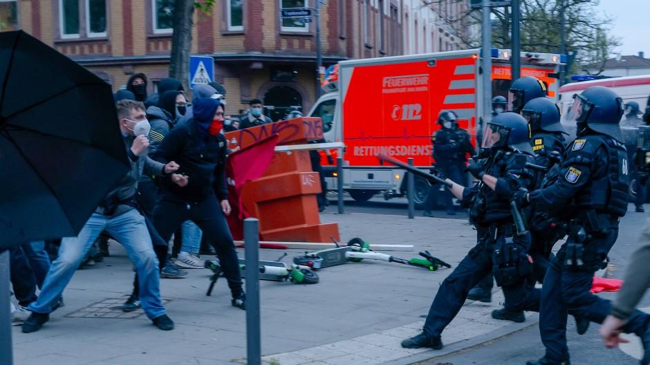 """In Kampfstellung: Demonstranten und Polizisten stehen sich beim """"Tag der Wut"""" in Frankfurt gegenüber."""
