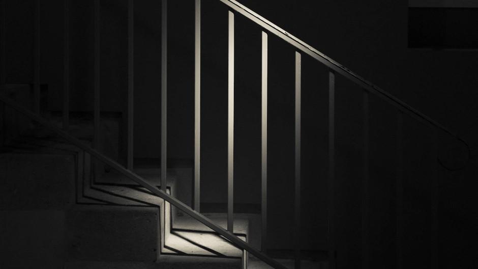 Hilflos trotz Hilfe: Der Mann terrorisiert das Wohnhaus (Symbolbild).